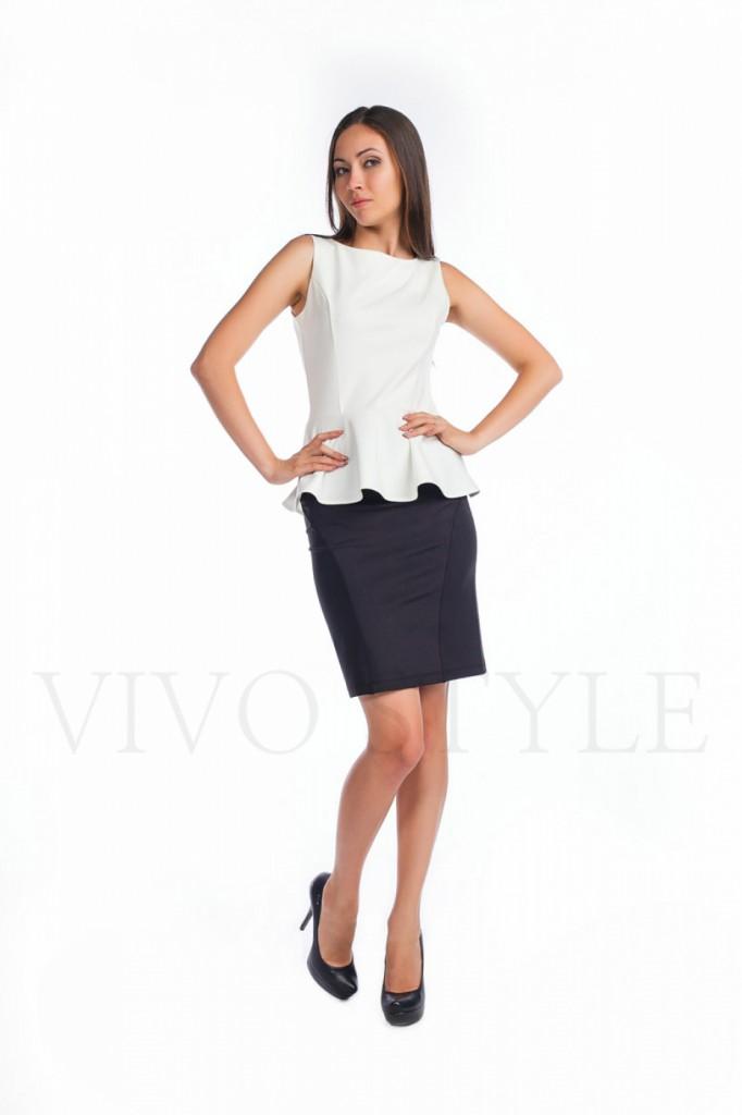 Белая деловая блузка с баской с черной юбкой