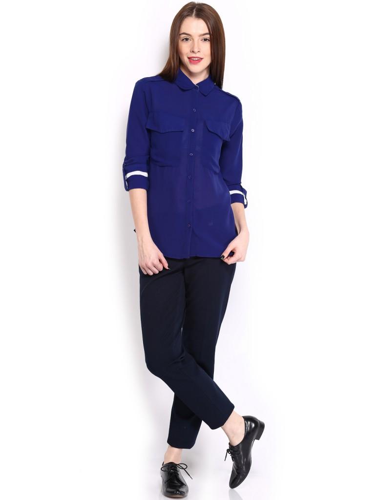 Женский образ с черными брюками и синей блузкой в стиле active casual