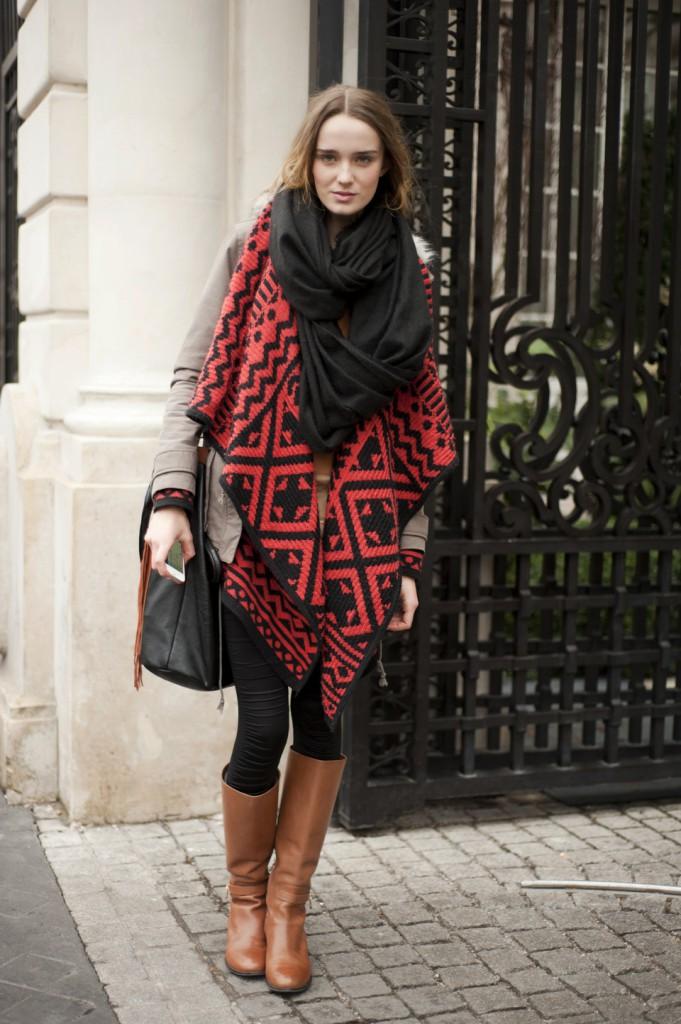 Женский наряд в стиле street casual с яркими акцентами