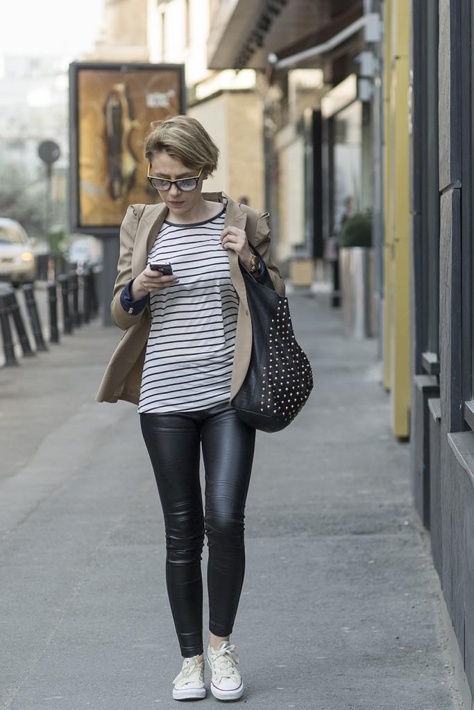 Женский гармоничный образ в стиле street casual с кожаными брюками и сумкой