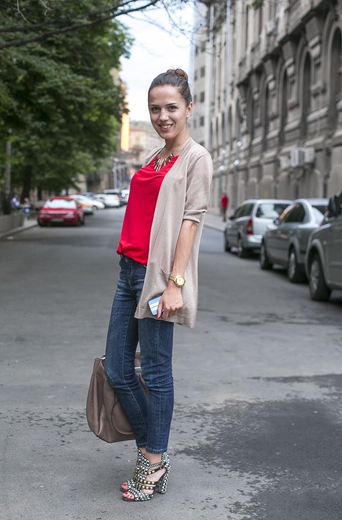 Женский образ в стиле street casual с яркой блузкой и аксессуарами