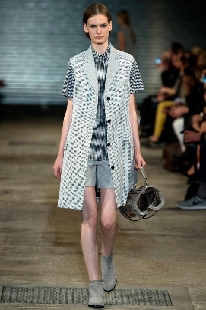 Женский стиль smart casual с шортами и пальто без рукавов
