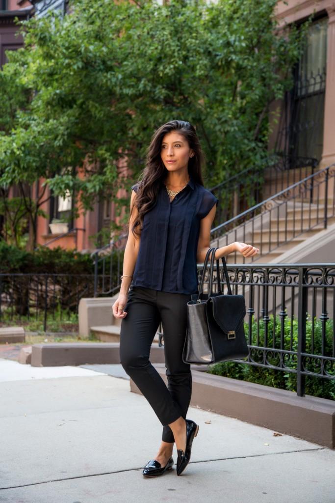 Женский образ с черными узкими брюками и темно-синей блузкой в стиле business casual