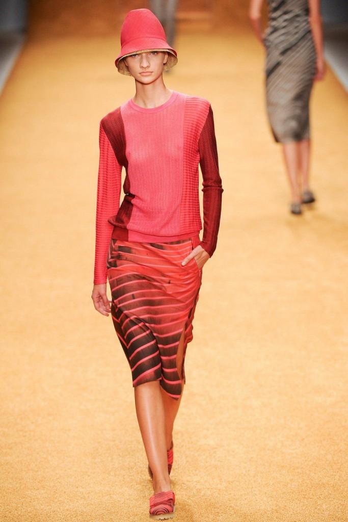 Розовое платье для женщин после 40 лет