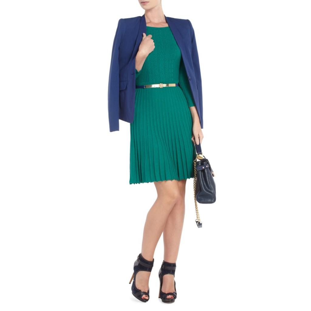 Зеленое платье в складку в гардеробе женщины 30 лет