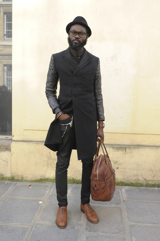 Мужчина в черном пальто в хипстерском образе