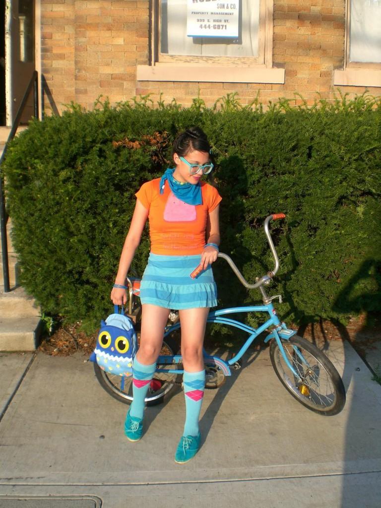 Девушка с велосипедом в образе хипстера