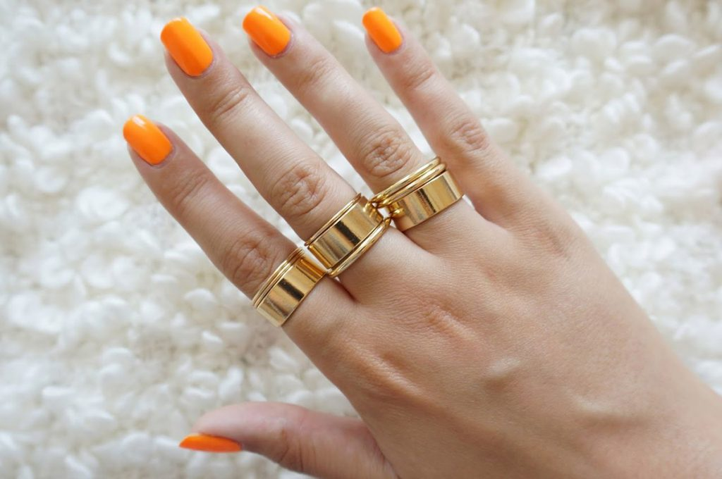 Золотистые кольца разного размера на фаланги пальцев