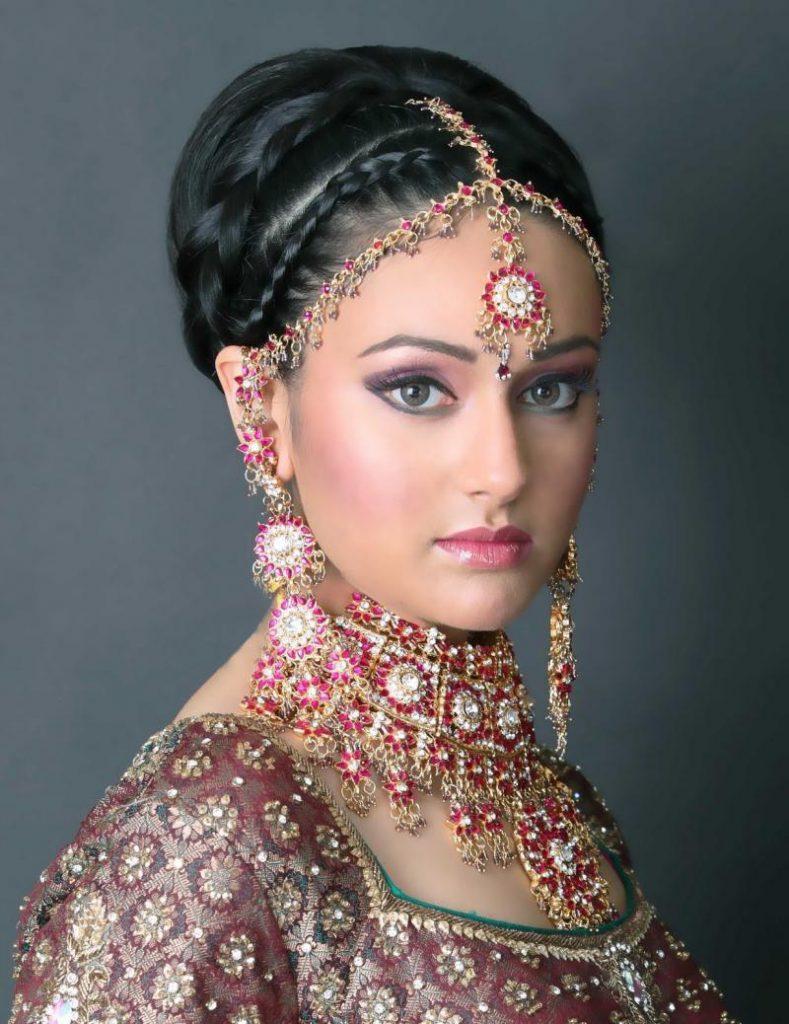 Красивая женская прическа в индийском стиле