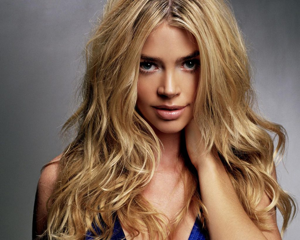 Как быстро перекраситься из брюнетки в блондинку: советы и рекомендации
