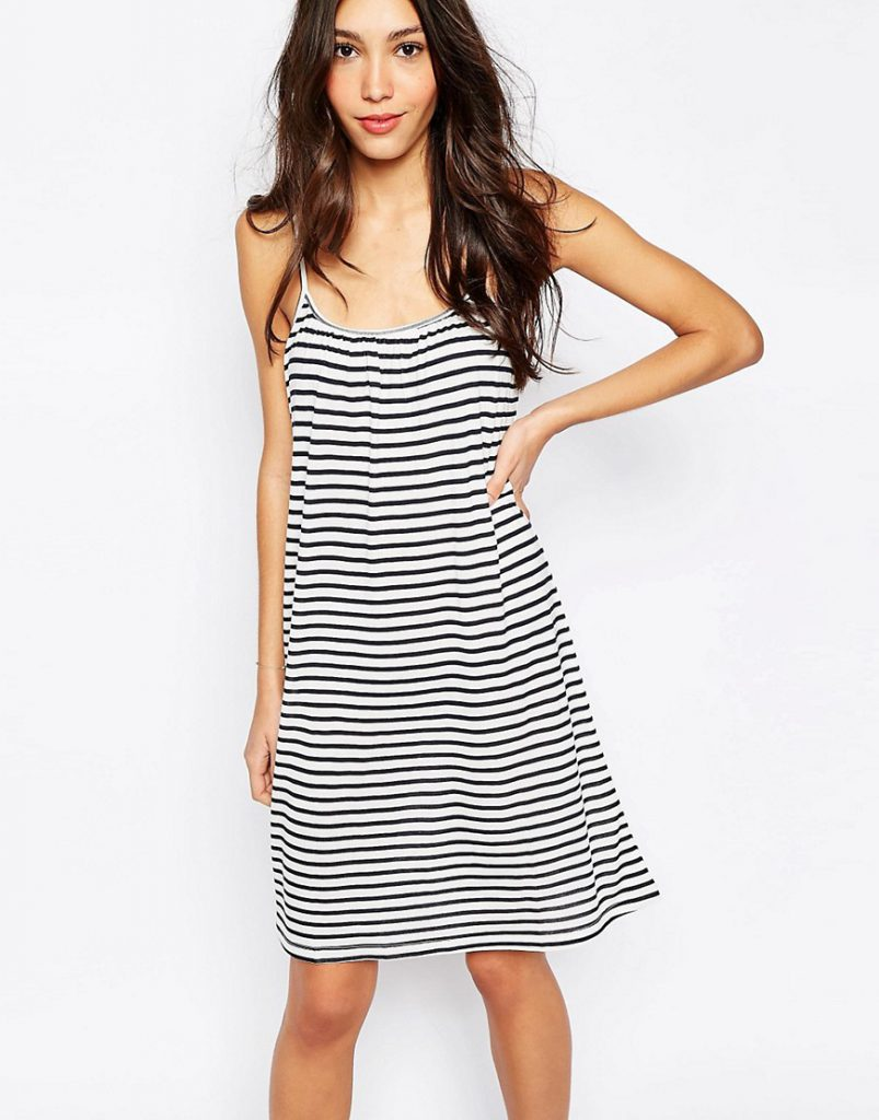 Полосатое черно-белое пляжное платье
