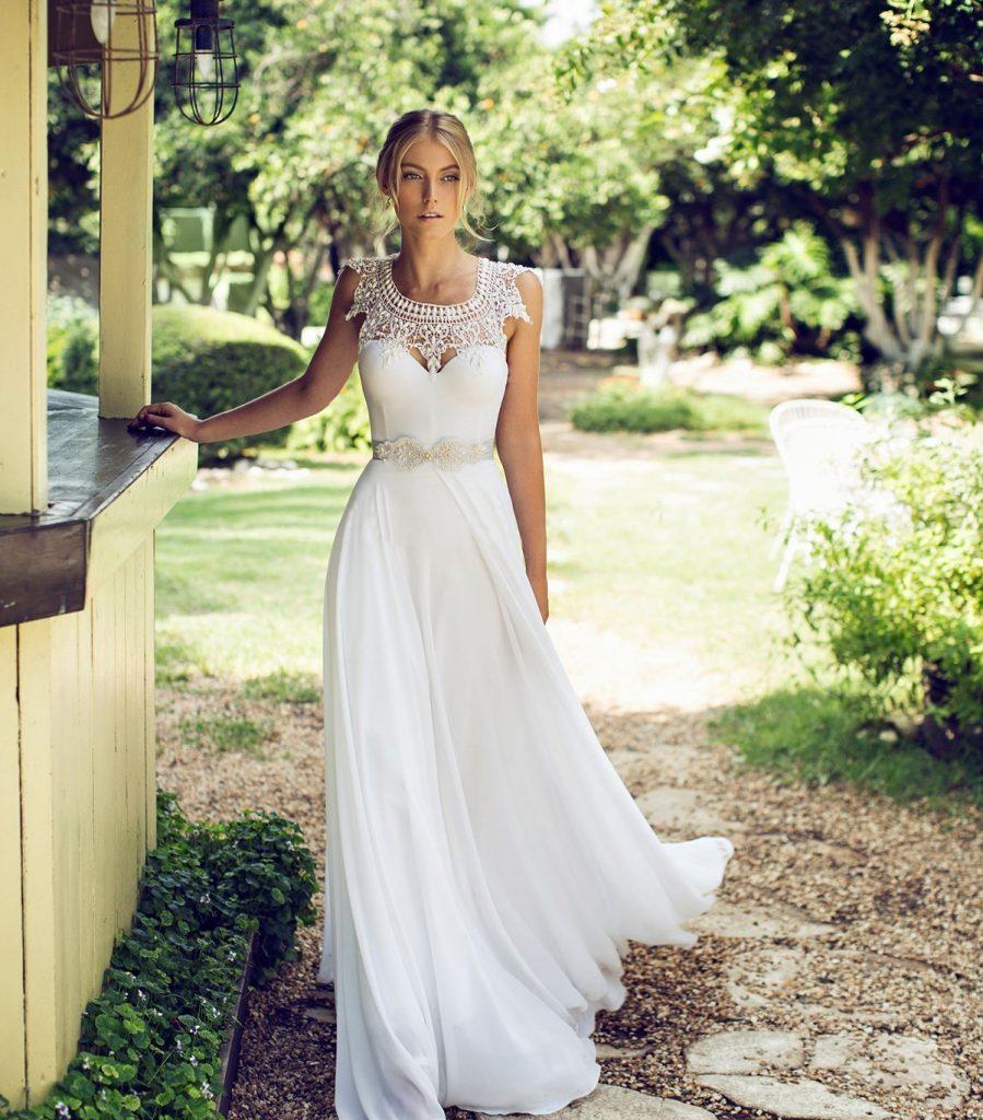 Белое свадебное платье с ажурной вставкой