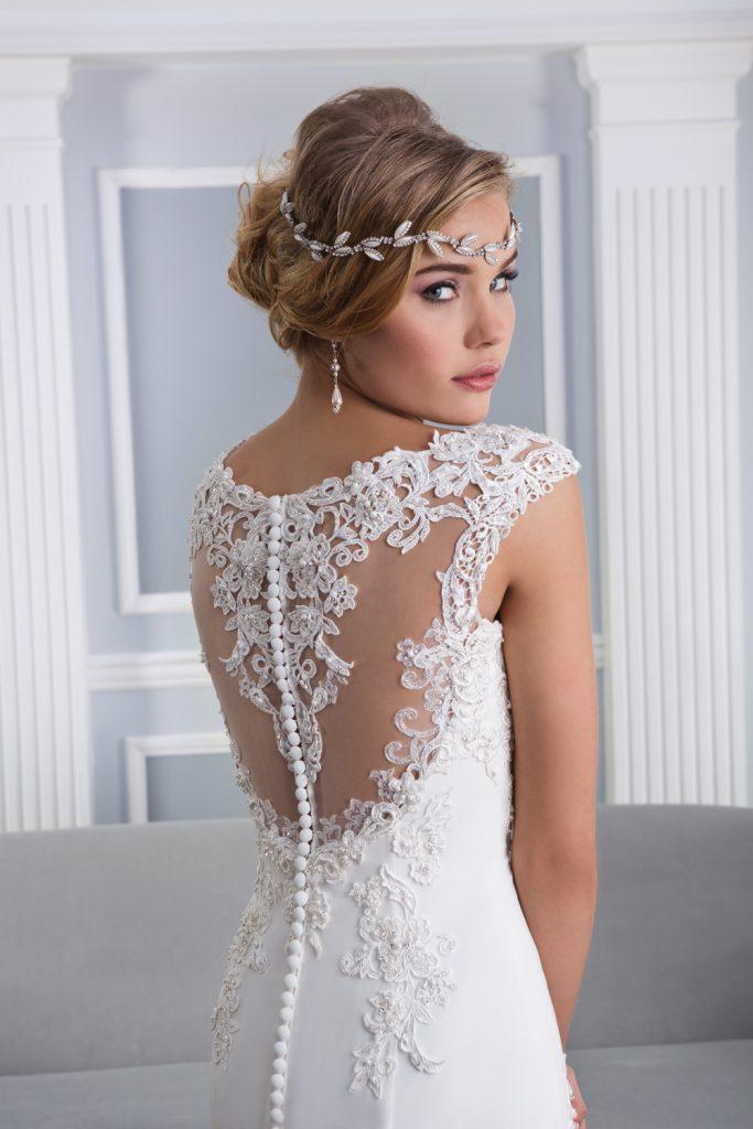 Белое свадебное платье с кружевной спинкой