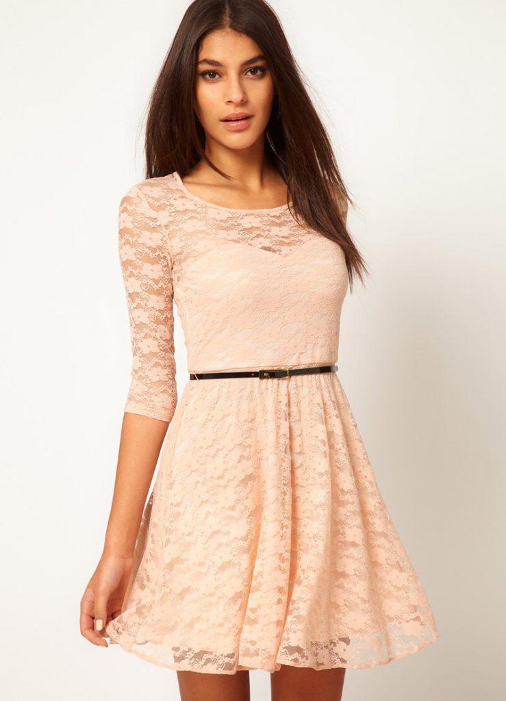 Бежевое платье из плотной ткани и гипюра