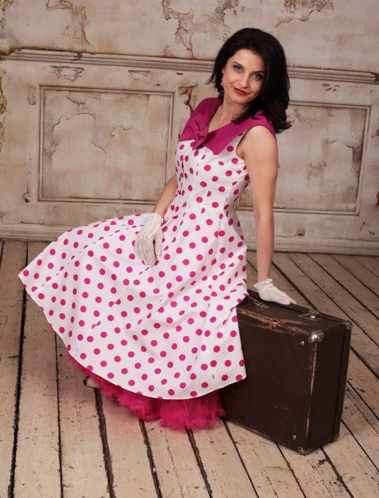 Платье в розовый горошек в стиле 50 годов