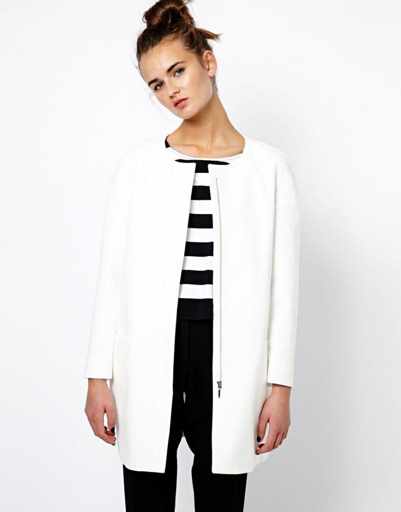 Белое летнее пальто с черно-белой одеждой
