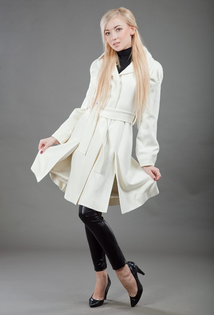 Белое пальто с черными леггинсами и туфлями