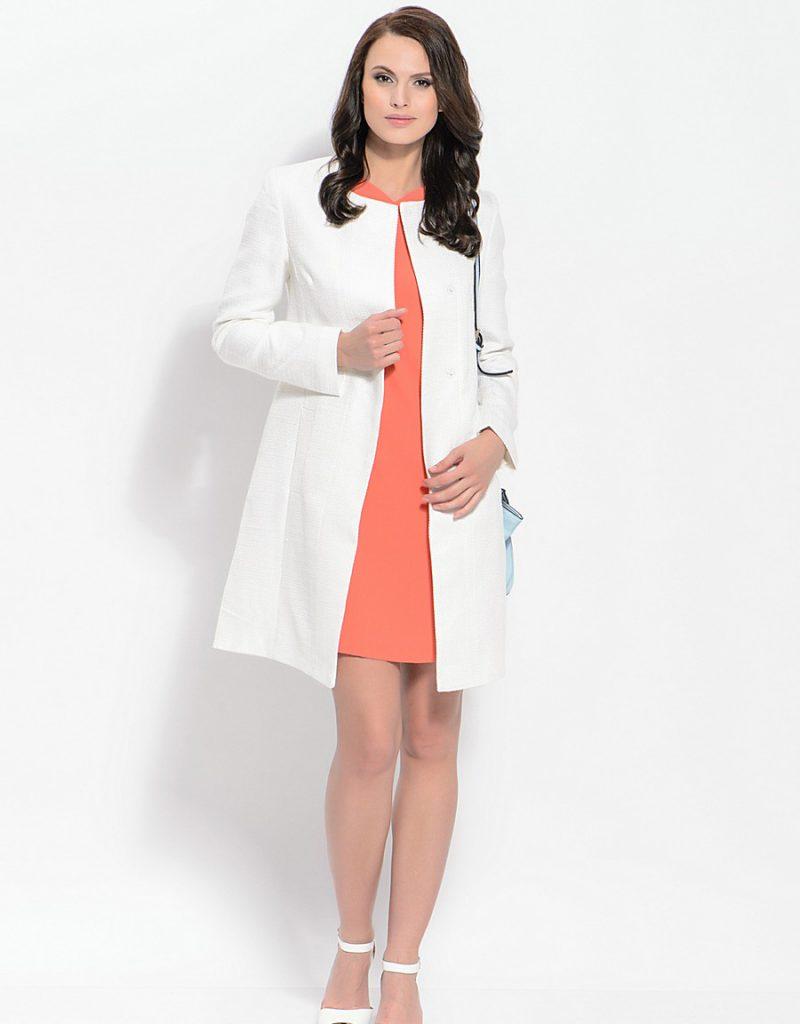 Белое пальто и босоножки с коралловым платьем