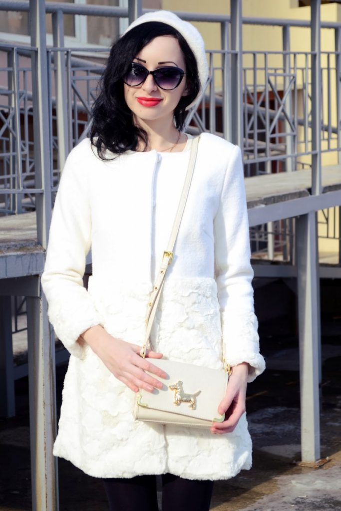 Белое пальто с белым беретом и сумкой