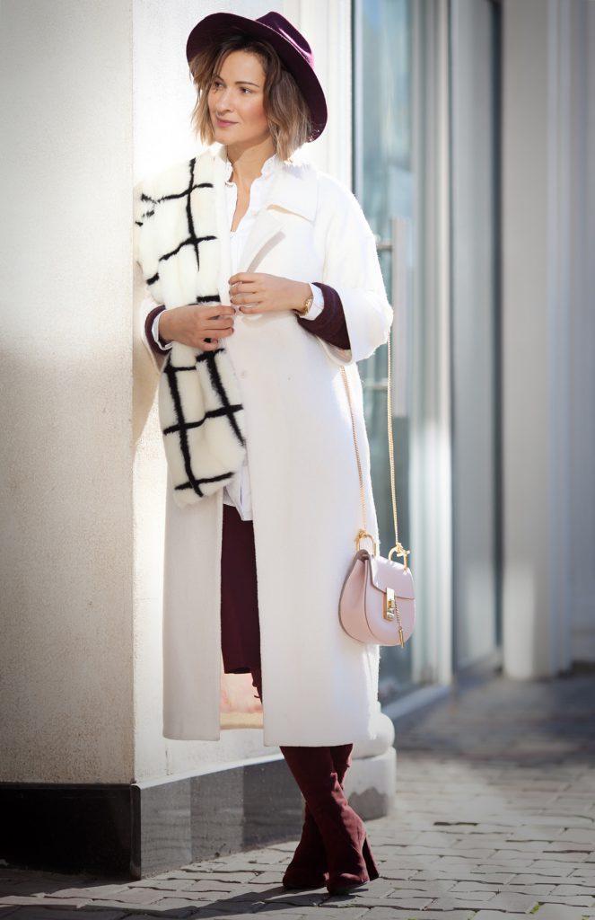 Белое пальто с бордовыми сапогами и шляпой