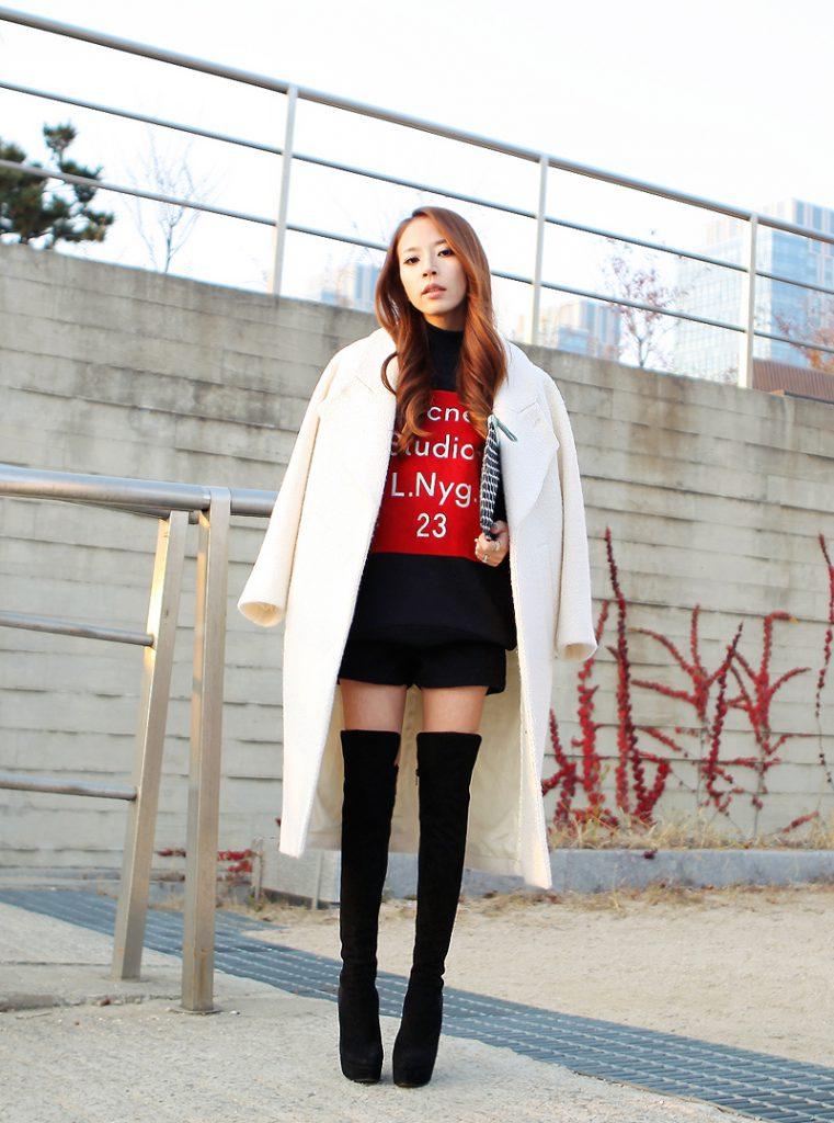 Белое пальто оверсайз с черно-красной одеждой