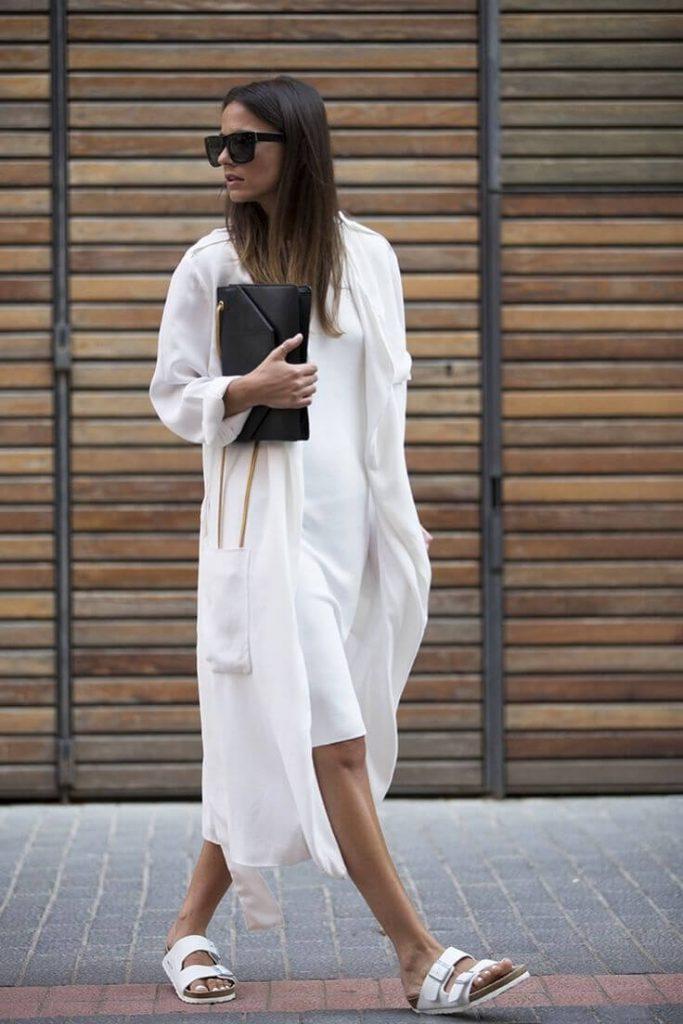 Белое летнее пальто с черным клатчем