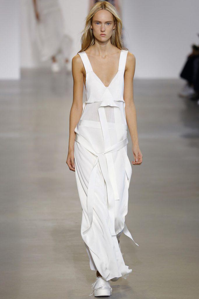 Необычное платье белого цвета