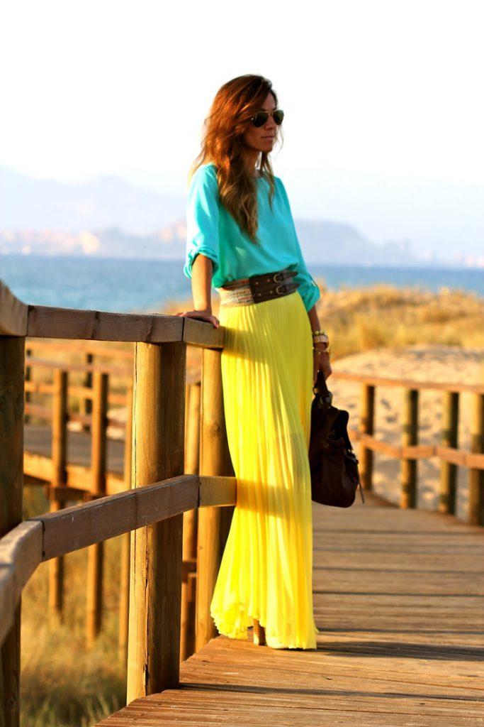 Бирюзовая блузка с желтой юбкой