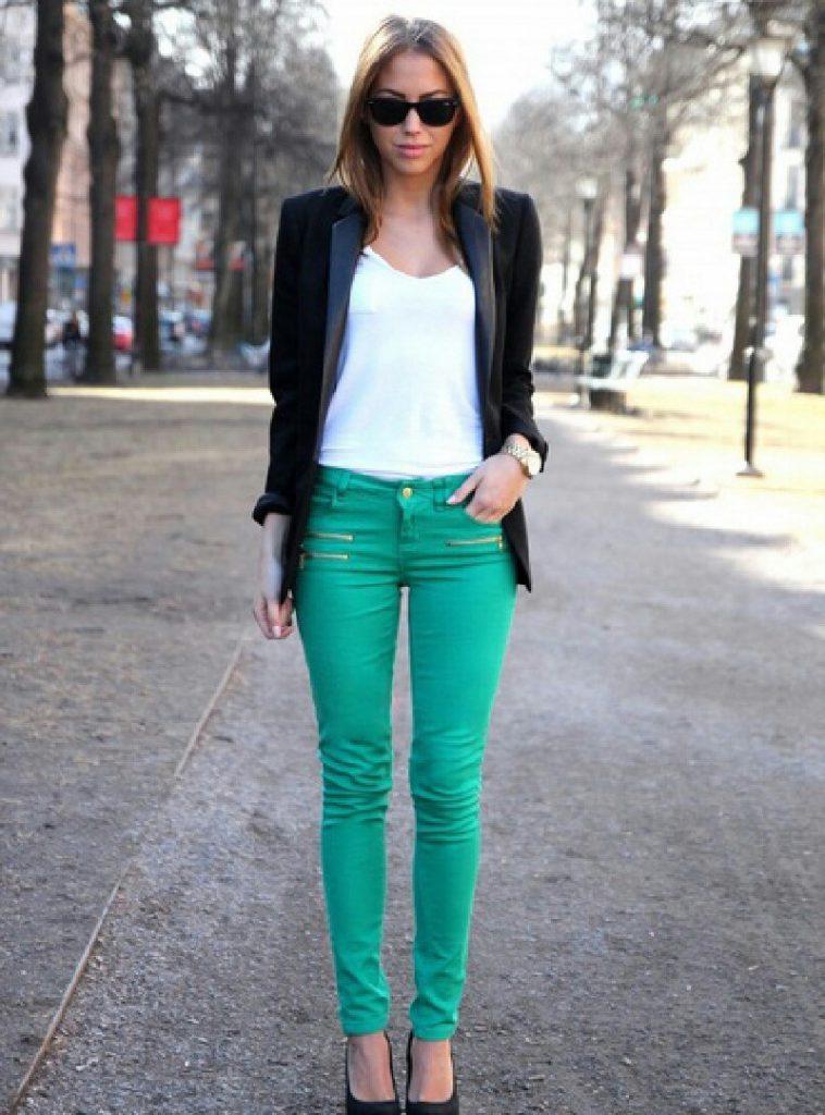 Бирюзовые брюки с белой футболкой и черным пиджаком