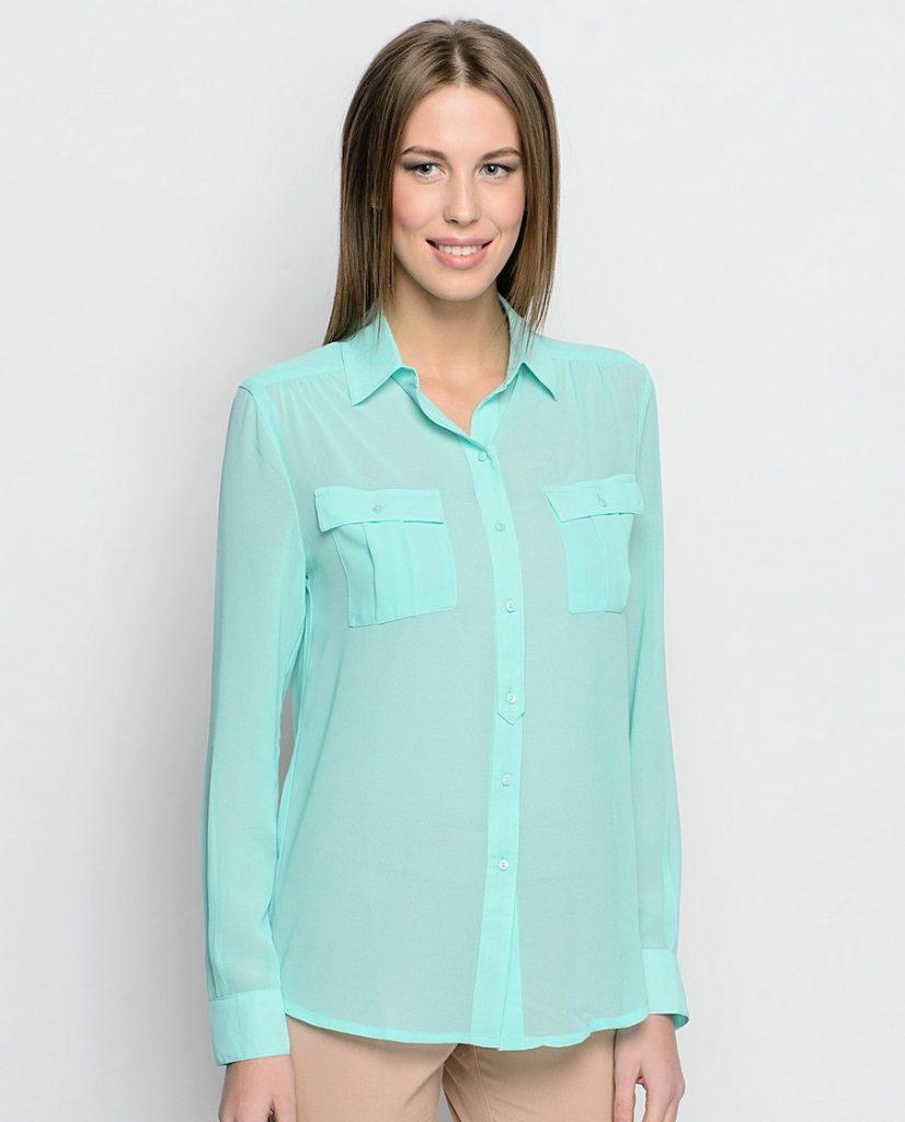Бирюзовая рубашка с бежевыми брюками