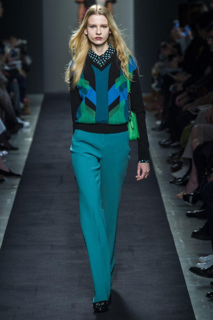 Темно-бирюзовые брюки с разноцветной темной кофтой