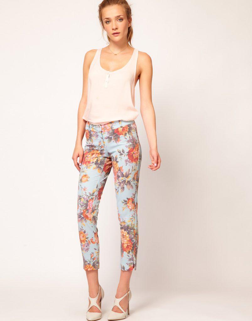 Цветочные брюки с бежевыми туфлями и блузкой