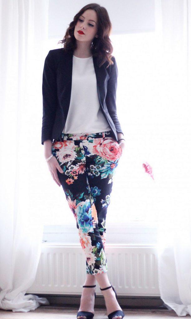 Цветочные брюки с белой блузкой и черным пиджаком