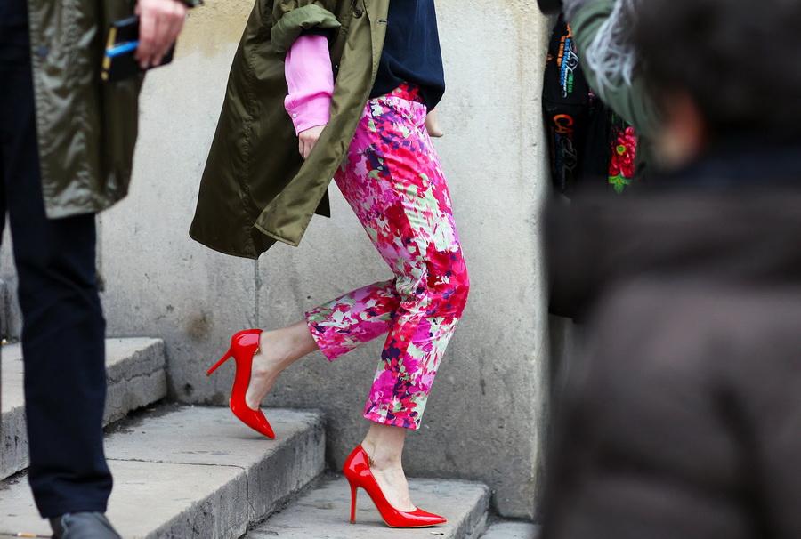 Цветочные брюки с красными туфлями