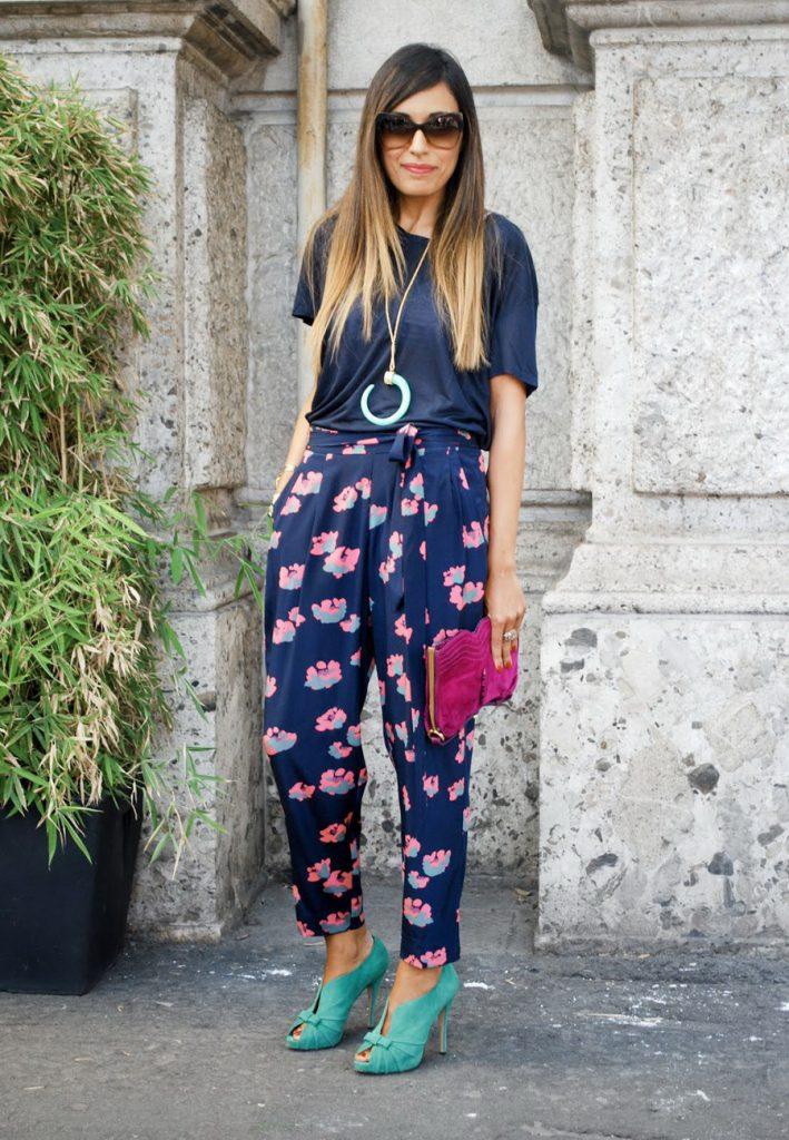 Синие брюки в розовый цветочек