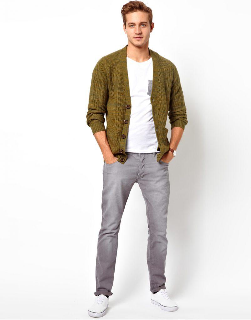 Серые мужские чиносы с футболкой и кофтой