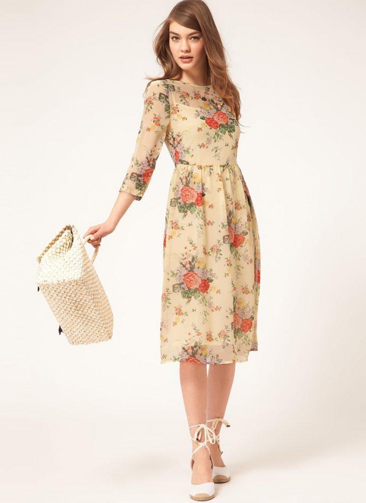Бежевое летнее платье с цветочным принтом