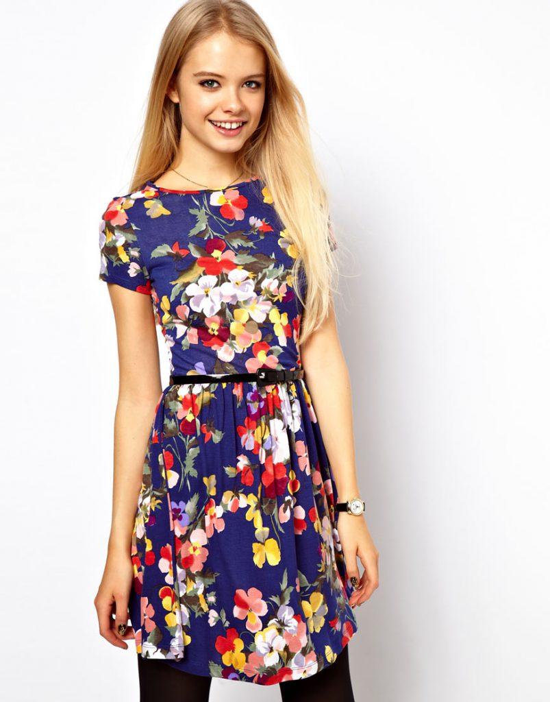 Яркое синее цветочное платье с принтом