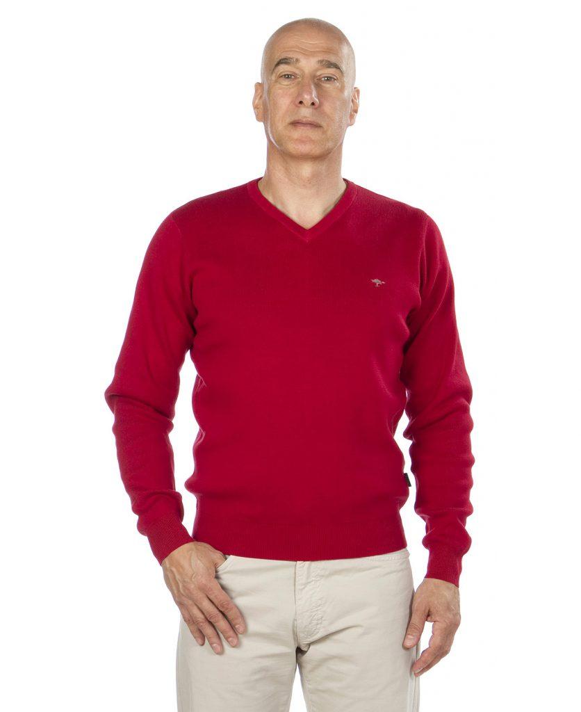 Красный мужской пуловер с v-образным вырезом