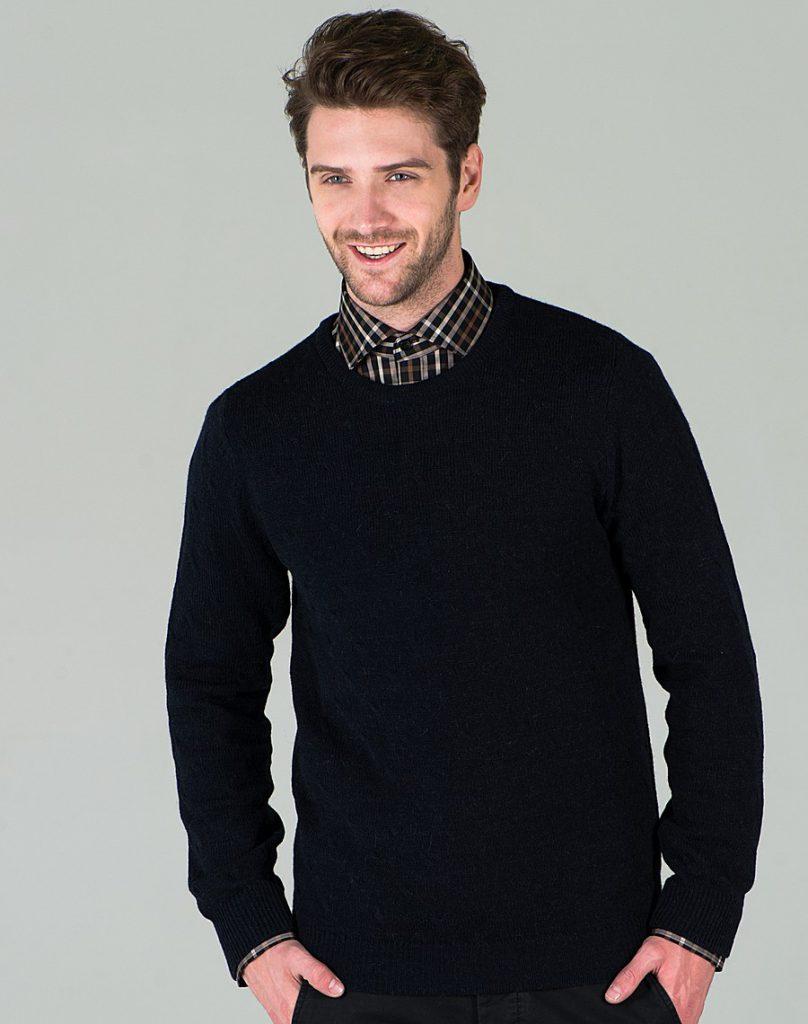 Черный мужской пуловер с круглым вырезом