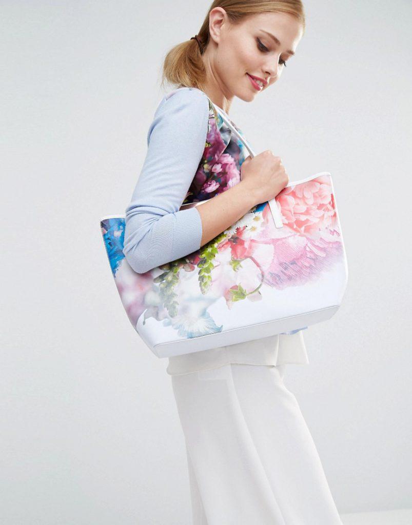 Белая сумка с цветами с белыми брюками и цветастой кофтой