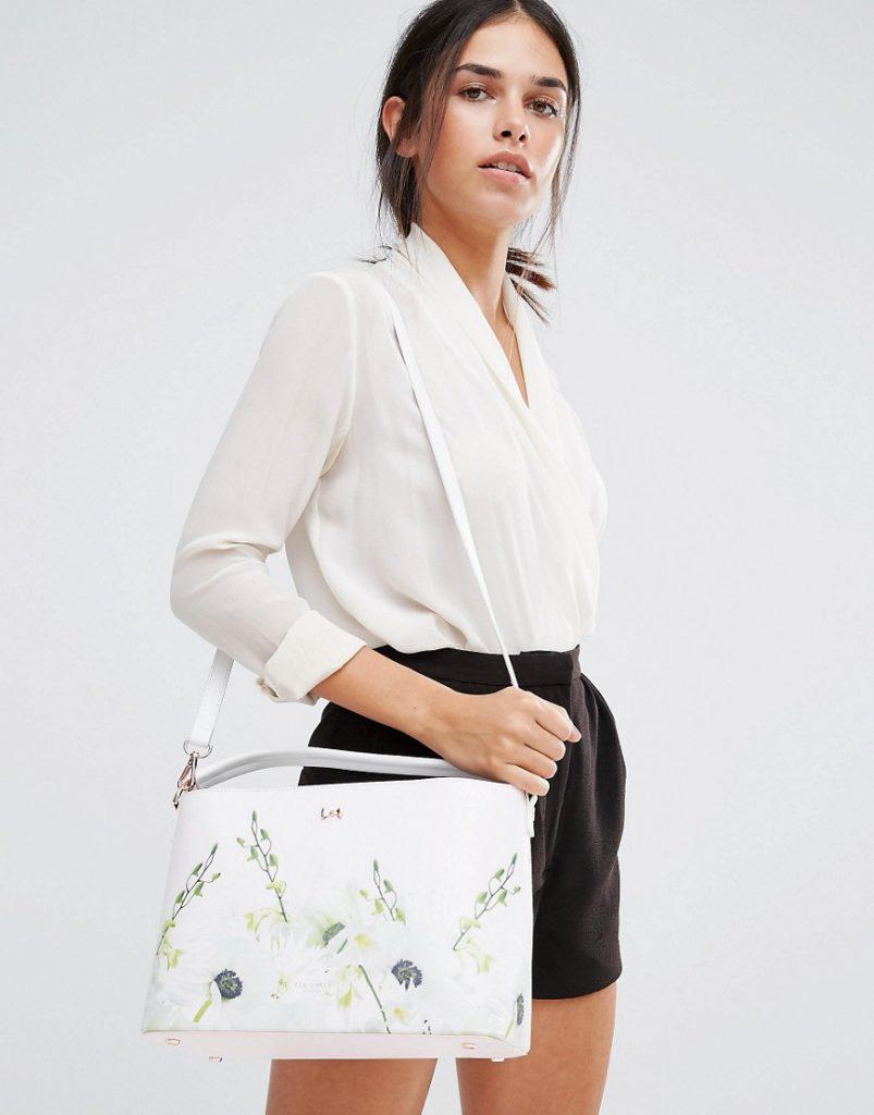 Белая цветастая сумка с черными шортами и белой рубашкой
