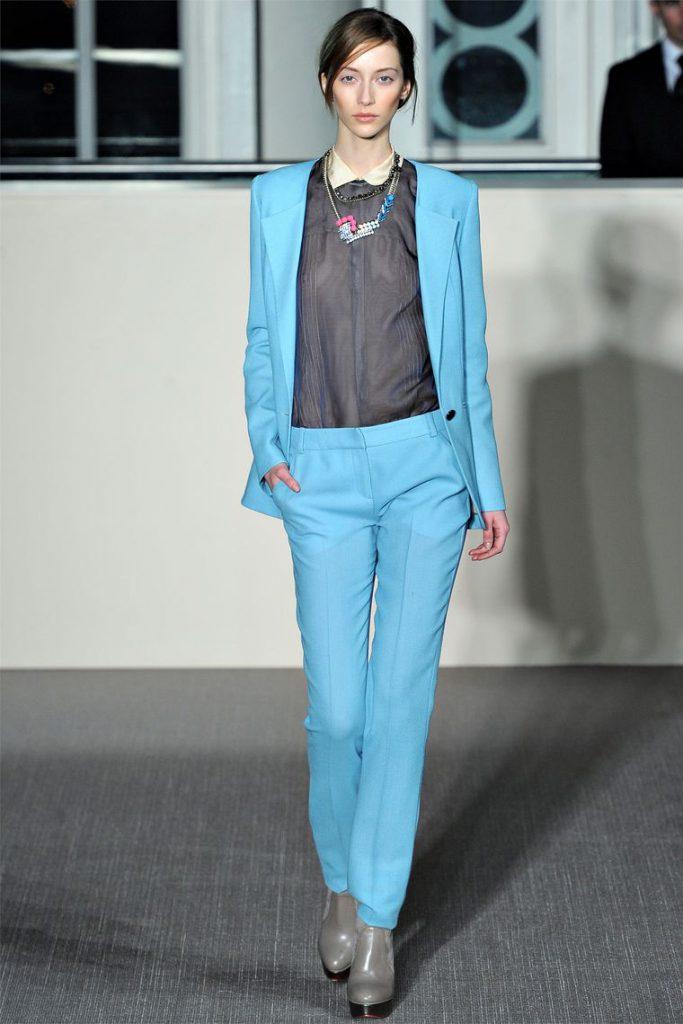Голубой женский костюм