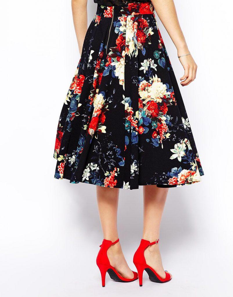 Юбка-миди с цветочным узором с красными босоножками