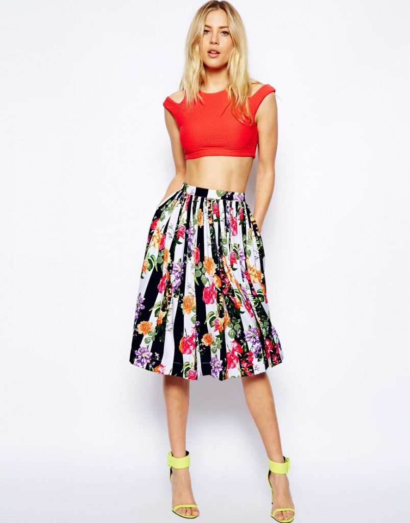 Цветочная юбка с красным топом и желтыми туфлями