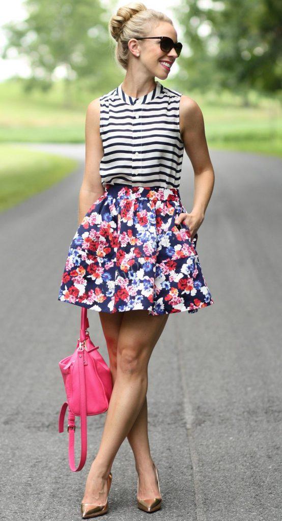 Пышная короткая юбка с цветочным принтом с полосатой блузкой