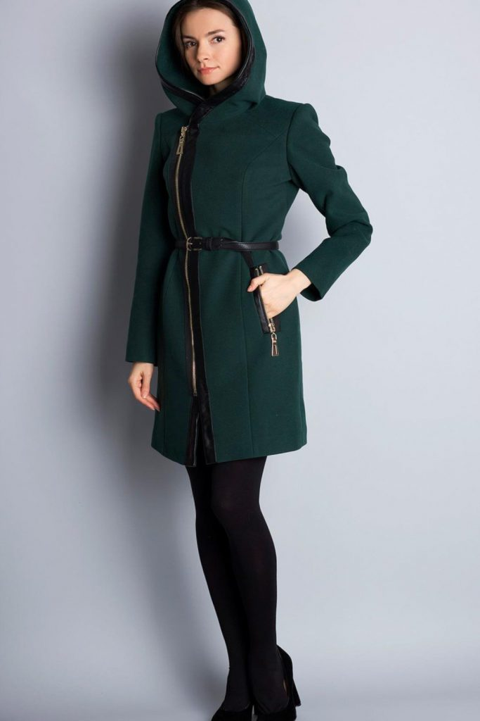 Зеленое пальто с кожаной молнией и поясом