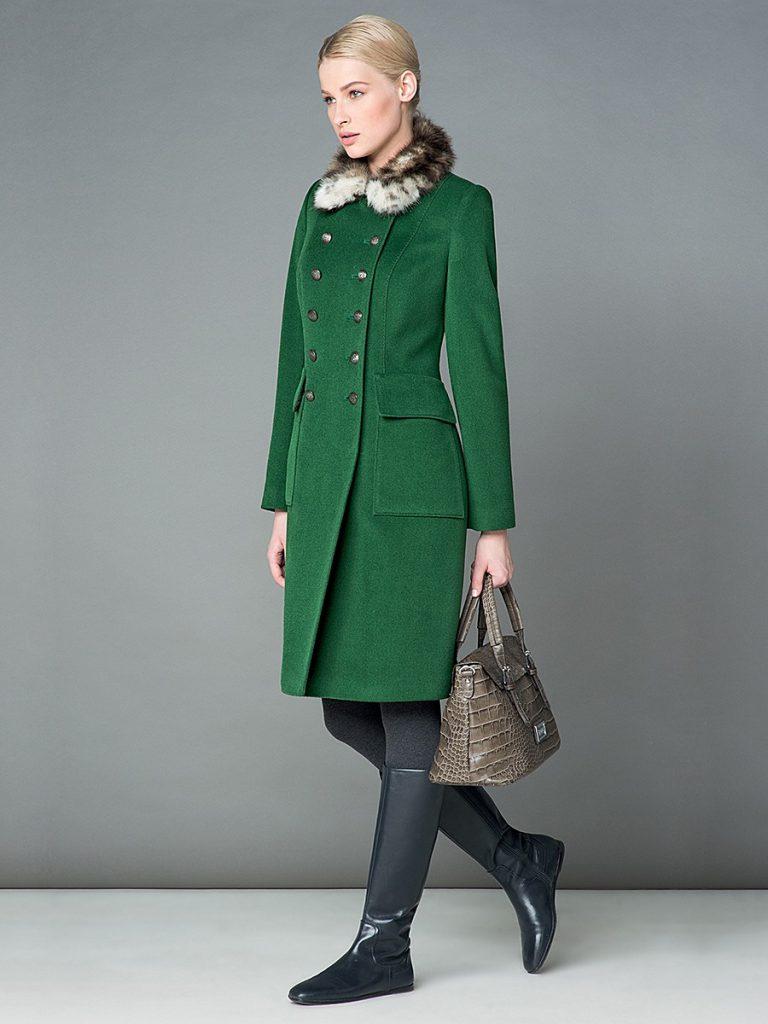 Зеленое пальто с черными высокими сапогами