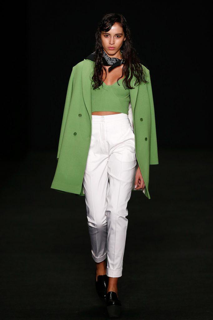 Зеленое пальто с черными лоферами