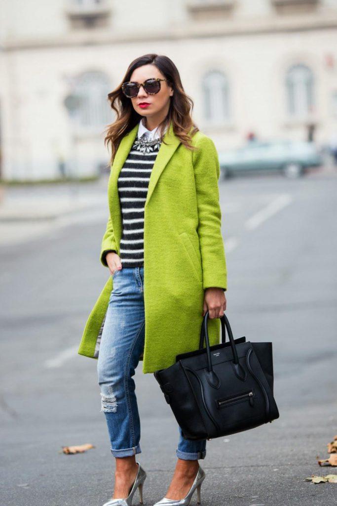 Светло-зеленое пальто с черной сумкой и серебристыми туфлями